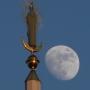 Postać Matki Boskiej (z 1936 r.)stojąca na zwieńczeniu wieży kościoła św. Rocha w niecodziennej scenerii.