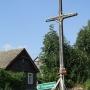 Mikicin - Stary drewniany krzyż na rozstajach w wiosce