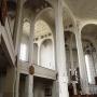 Wnętrze kościoła utrzymane tak jak z zewnątrz w modernistyczno- ekspresjonistycznym stylu zachwyca kryształową strukturą sklepień.