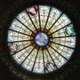 Witraż z symbolami Czterech Apostołów i gołębicą do plafonu nawy głównej kościoła Św. Rocha wg projektu Placydy Siedleckiej- Bukowskiej.
