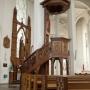 Drewniana ambona i ołtarz boczny pw. św. Antoniego wykonany według projektu Stanisława Bukowskiego w kościele św. Rocha