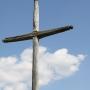 Wroceń - Wysoki stary krzyż przy wjeździe do wioski