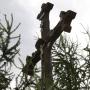 Kolonia Jaświły - Krzyż przydrożny przy zakręcie na Kolonię z tradycyjna dekoracją snycerską