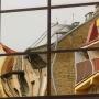 Pozostałości starych Bojar odbijające się w elewacji współczesnego budynku.