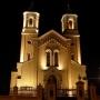 Ten sam kościół nocą a jakże inny. Wyjątkowa iluminacja świetlna odkrywa piękno za dnia niezauważalne.
