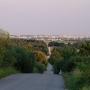Oprócz szerokiej panoramy na Białystok niezłą atrakcją jest zjazd rowerem szosą w kierunku wsi Krynice. Pochylenie około 30% pozwala rozwijać tu rekordowe prędkości.