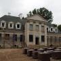 Na zdjęciu z lipca 2013 roku widać zaawansowany stan remontu dworu. Obecnie dwór prawdopodobnie jest już gotowy.