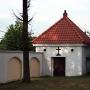 Kostnica z XVIII w ustytuowana w narożniku parafialnego ogrodzenia.