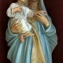 Matka Boska z Dzieciątkiem z ołtarza bocznego.