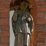 Stara drewniana rzeźba z bramy kościoła.