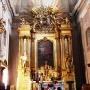 Ołtarz główny barokowo-rokokowy pozłacany i bogato zdobiony. W środku obraz św. Trójcy namalowany przez Szymona Czechowicza w latach 1749-50.