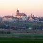 Widok na kościół i klasztor wczesną wiosną. Za plebanią widoczna cerkiew pw. Matki Bożej Opiekuńczej.