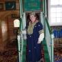 Sympatyczna Pani Eugenia Radkiewicz, która opiekuje się meczetem, bardzo ciekawie opowiada o zwyczajach, tradycjach i religii muzułmańskiej. Tu specjalnie założyła tradycyjny strój kobiecy a nam jako zwiedzającymoryginalne nakrycia głowy.