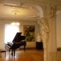 Obecny pokój nauczycielski Liceum Plastycznego nierzadko zamienia się w salę koncertową lub wystawiennicza. Tu widzimy fortepian na którym niedługo młodzi artyści zagrają utwory Chopina w związku z rokiem (2010) Chopinowskim.
