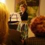 Młoda flecistka we wnętrzach pałacu gra piękne utwory dawnych mistrzów.