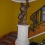 Ciekawa rzeźba murzyna zdobiąca klakę schodową w głównym holu.