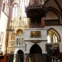 Ambonę z białego marmuru zaprojektował architekt katedry J. P. Dziekoński. Wykonała ją w 1909 Pracownia Artystyczno- Rzeźbiarska R. S. Lubowieckiego.