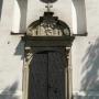 Barokowy portal, niezmieniony od czasów budowy świątyni (1617r), wykonany z piaskowca.