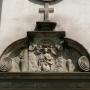 Zwieńczenie portalu wejściowego do małego kościoła, sceną Wniebowzięcia Najświętszej Marii Panny.
