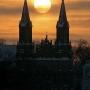 Mroźny, zimowy wieczór. Niskie światło kuli słonecznej podkreśla sylwetkę tej majestatycznej świątyni.