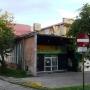 Trudno dziś sobie wyobrazić że w tym budynku przed wojną mieściła się siedziba Misji Barbikańskiej. Widoczna na zdjęciu z prawej strony tablica przypomina nam o tym.