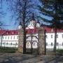 Zabudowania klasztorne nie tak dawno mieszczące sale lekcyjne Zespołu Szkół Mechanizacji Rolnictwa.
