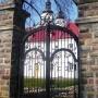 Brama prowadząca do ogrodów przy klasztorze z wyraźnymi inicjałami (litera Z na zwieńczeniu bramy) jednego z jego właścicieli- rodziny Zachertów.