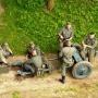 Pod mostem grupa niemieckich żołnierzy z oryginalną armatką przeciwpancerną PAK 36 (37 mm) oczekuje na sygnał do ataku.