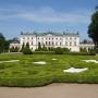 Pałac Branicki od strony ogrodów. Zdjęcie to można obecnie zaliczyć do archiwalnych, gdyż trwające od 2010 r prace rewaloryzacyjne, odtwarzają dawny, oryginalny wygląd ogrodów, co będzie można oglądać po ich całkowitym zakończeniu.