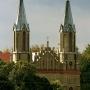 Spojrzenie na kościół św. Anny od centrum miasteczka. Wrześniowe południe.