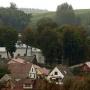 Spojrzenie na cerkiew z okalających Krynki wzgórz. Dodatkowo widoczny charakter zabudowy tej części miasteczka.