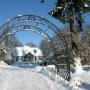 Sinołeka - zabytkowy dwór zimą