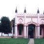 Pozostałości po słynnym pałacu Paca- wyjściowy portyk oraz wieża narożna, zwana Bocianią (w głębi) Zdjęcie z 1998r