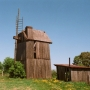 Hołowczyce - wiatrak Koźlak i budynek silnika spalinowego.