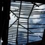 Wodynie - Zniszczony dach koźlaka.