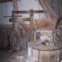 Przytoczno - Koźlak. Ganek (złożenie kamieni w obudowie), w głębi urządzenie do podnoszenia kamieni młyńskich.