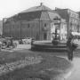 Zdjęcie zostało wykonane prawdopodobnie na początku lat 50-tych XX wieku. Widać na nim pozostałości po dawnej zbrojowni, w postaci 2 kolumienek. Budynek jest jeszcze nieodbudowany.