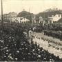 Na pocztówce przedstawiającej wejście Wojsk Polskich do Białegostoku w 1919 roku, widać wyraźnie jak wyglądał oryginalny odwach. Niski budynek po prawej stronie to wcześniejsza zbrojownia postawiona za czasów Klemensa Branickiego. Ze zbiorów J. Murawiejskiego