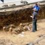 Każdy odkopany grób jest dokładnie opisywany, rysowany i nanoszony na mapę. Te groby usytuowane były tuż przy murze cmentarnym, którego ceglane fundamenty widać tu wyraźnie.