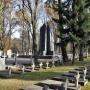 W centralnej części cmentarza stoi pomnik- ołtarz oddający cześć polskich żołnierzy poległych w walkach o niepodległość. Autorem odsłoniętego w 1932 roku monumentu jest Jarosław Giryn.
