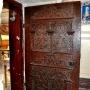 Bogato zdobione, renesansowe drzwi z 1617 roku ,prowadzące z zakrystii do prezbiterium.