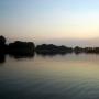 Jezioro Rajgrodzkie o zmierzchu.