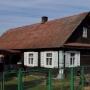 Drewniana zabudowa. Dom nr15 jest jednym z najstarszych i jak twierdzi jego właścicielka skończył już 100 lat. Zdobienia pojawiły się oczywiście później w okresie międzywojennym.