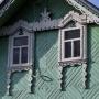 Drewniana zabudowa. Misterne zdobienia nad oknami poddasza w domu nr 15.