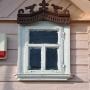 Drewniana zabudowa. Nierzadko zdobienia podkreślone są dwoma różnymi kolorami, jak w domu nr 29.