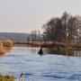 Gładką taflę leniwie płynącej rzeki czasem przetnie łódź wędkarza, którzy są tu częstymi gośćmi.