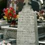 Nieopodal głównej alejki wiodącej ku cmentarnej kaplicy stoi obelisk.