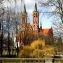 Wiosennie na katedrę od parku pałacowego.