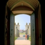 Z nawy głównej poprzez otwarte drzwi kościoła i bramę ujrzymy w oddali pomnik Hetmana.