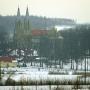 Kościół św. Anny z widoczną z prawej strony starą dzwonnicą widziany w szaro-bure zimowe popołudnie.